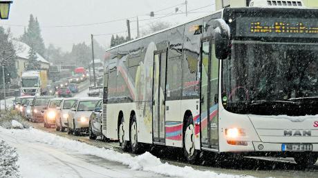 Da die Staustufe Bergheim am Montag, 1. Februar, erneut komplett gesperrt wird, ist in Neuburg an den Einfahrtsstraßen, wie hier am Rieder Berg, wieder mit dichtem Verkehr zu rechnen.