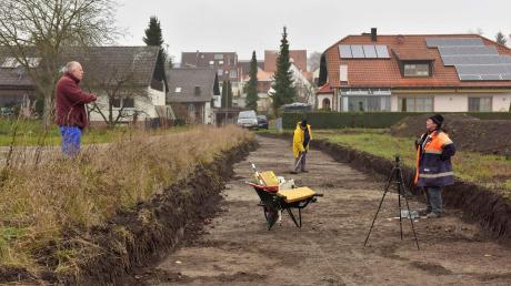 Gelegentlich kommen Bergheimer Bürger am Unteren Anger vorbei und schauen sich den Fortgang der Arbeiten an.