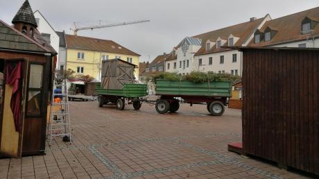 Am Montagvormittag bauen Schausteller ihre Buden auf dem Neuburger Schrannenplatz ab. Die Stadt Neuburg musste den Weihnachtsmarkt zum Mitnehmen aufgrund der Sieben-Tage-Inzidenz von mehr als 200 vorzeitig beenden.