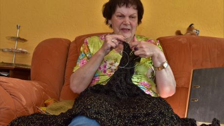 Gabriele Becker ist von Geburt an blind und hat an der Blindenschule gelernt, rechte Maschen zu stricken. Den Rest hat sie sich selbst beigebracht.