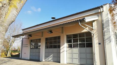 Das Gerätehaus der Feuerwehr in Weichering wurde 1994 gebaut. Damals hatte die Wehr gerade mal ein Fahrzeug und damit genügend Platz. Die Ausstattung ist jedoch über die Jahre gewachsen, weshalb das Gebäude zu klein geworden ist.