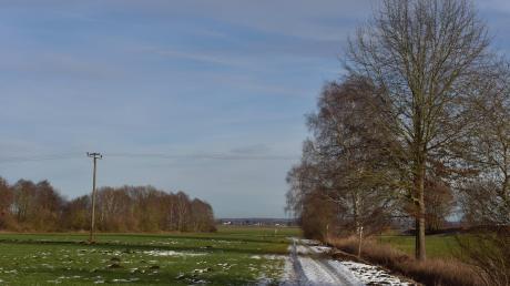 Der Holzmast links im Bild wird abgebaut, stattdessen will die Bayernwerk Netz GmbH am Graben einen Stahlvollwandmast errichten.