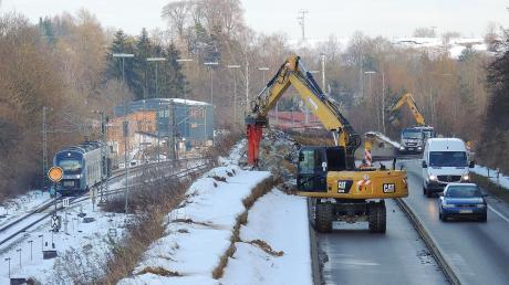 Nach dem zähen Start vergangene Woche wird nun an der Bundesstraße 16 in Höhe Unterhausen gearbeitet. Der Bautrupp entfernt zunächst mit zwei Baggern die komplette Gabionenwand zwischen B16 und Bahngleis.