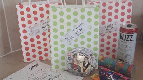 In bunten Tütchen verpackt verteilte die Fidelitas ihre Faschingsorden an aktive Mitglieder.