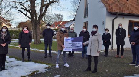 Gewerbeverbandsvorsitzende Cornelia Euringer-Klose und Stellvertreter Christian Hammerer (Mitte) überreichten die Weihnachtsspende des Gewerbeverbandes Donaumoos an Vertreter sieben soziale Einrichtungen des Landkreises.