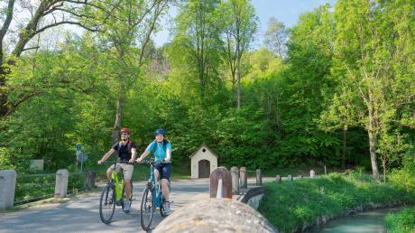 Fahrradwege im Naturpark Altmühltal sind beliebt, zum Beispiel der Anlautertal-Radweg bei Altdorf.