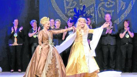 """Die Neuburger Prinzessin Laura (links) mit ihrer """"Tanzpartnerin"""" Frau Holle."""