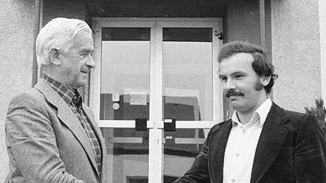 Karl Seitle als junger Mann, wie er von Bürgermeister Josef Geier seine Ernennungsurkunde zum Oberinspektor erhielt.