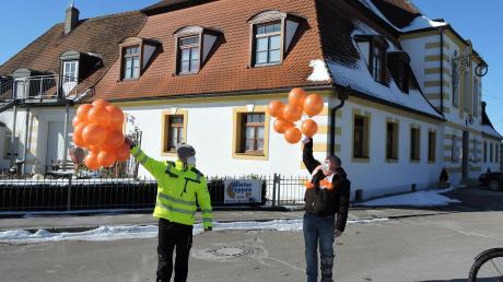 Vor der Bertoldsheimer Schlosswirtschaft, wo sonst der Faschingsumzug endet, ließen Andreas Müller (links) und Chris Diederichs ihre Luftballons steigen.