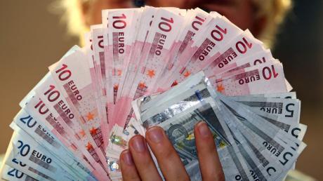 Weil ein Mann fast 10.000 Euro vom Konto eines Freundes abgehoben hat, muss er sich vor Gericht verantworten.