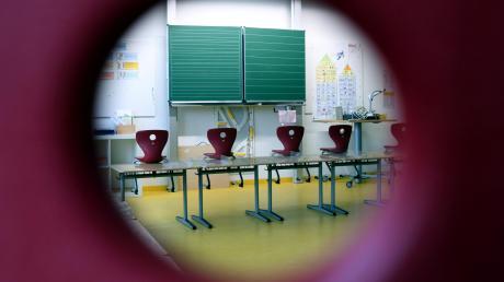 In einer Schule in Neu-Ulm haben Jugendliche nachts Verstecken gespielt.