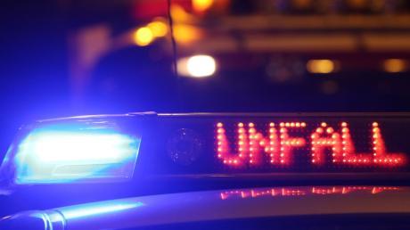 Bei einem Unfall bei Asch wird ein 19-Jähriger schwer verletzt.