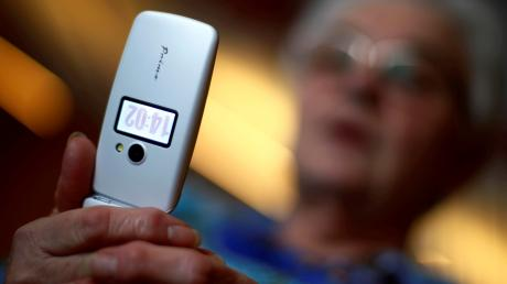 Eine ältere Frau wurde von einer Betrügerin angerufen.