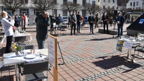 In Neuburg schlossen sich 17 Wirtsleute und Hoteliers zum stillen Protest auf dem Schrannenplatz zusammen. Dort deckten sie Corona konform Tische, an denen allerdings keiner Platz nehmen durfte. An ihre Seite stellten sich auch hochrangige Vertreter der lokalen Politik.