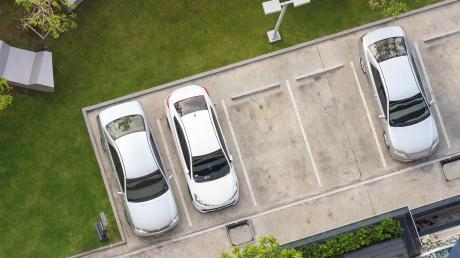 Wie viele Parkplätze auf einem Grundstück gebaut werden müssen, regelt die Stellplatzverordnung.