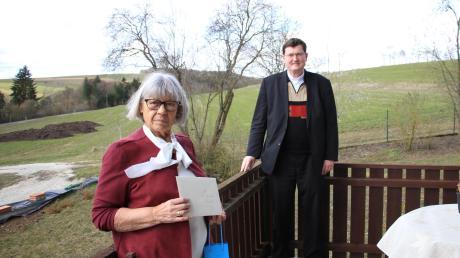 Pfarrer Georg Guggemos verabschiedet Annaluise Schneider als Leiterin des Seniorenkreises Rennertshofen.