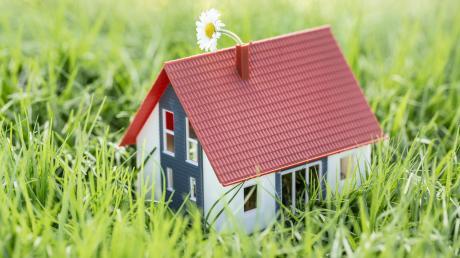 Wer sein Traumhaus bauen möchte, braucht dazu ein Grundstück. Das ist nicht nur teuer, sondern auch rar. Über einen Punktekatalog versuchen Kommunen, die Plätze möglichst gerecht zu verteilen.