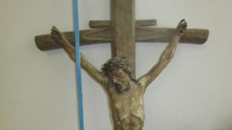 Dieses herrenlose Kreuz wurde in einem Feld bei Münchsmünster gefunden. Jetzt sucht die Polizei nach dem Besitzer.