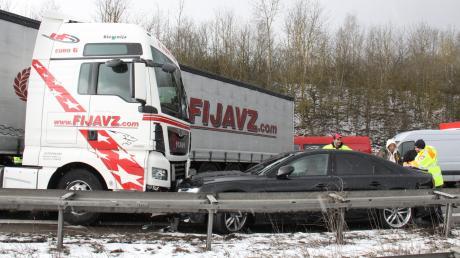 Bei einer Massenkarambolage krachten am Freitag insgesamt 65 Fahrzeuge auf der A9 bei Ingolstadt zusammen.