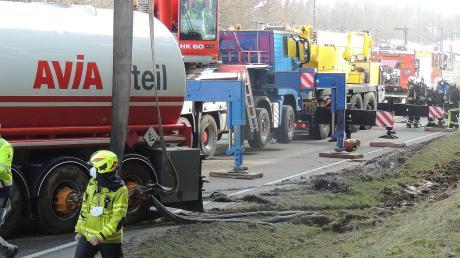 Der verunfallte Tankzug war mit 37.000 Litern Benzin beladen.