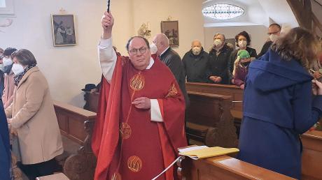 Pfarrer Anton Tischinger segnete die Palmzweige und Kirchenbesucher in Neuburg-Ried.