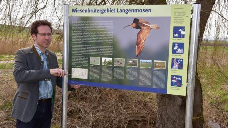 Die Öffentlichkeit für Wiesenbrüter sensibilisieren will Landrat Peter von der Grün mit der neuen Infotafel im Wiesenbrütergebiet in Langenmosen.