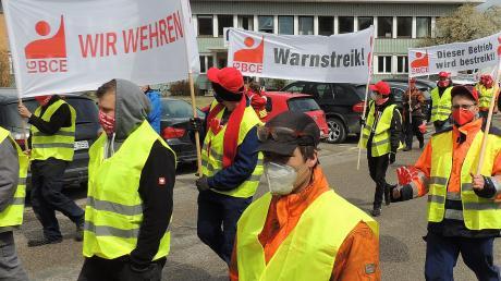 """Nahezu die gesamte Belegschaft des Waggonreparaturwerks in Oberhausen ging in den Warnstreik. Ziel sind """"angemessene Lohnerhöhungen""""."""
