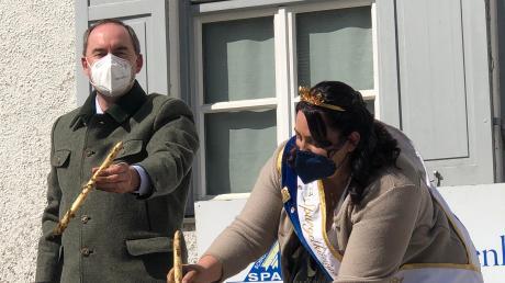 Als gelernten Landwirt und Diplom-Agraringenieur bereitete Wirtschaftsminister Hubert Aiwanger das Spargelstechen mit Spargelkönigin Juliane Wenger keinerlei Probleme.
