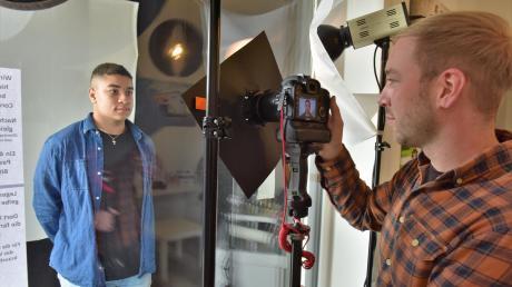 Christian Hammerer (r.) fotografiert jetzt kontaktlos durch die Fensterscheibe seines Fotostudios.