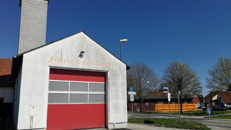 Das Feuerwehrhaus in Wagenhofen ist schon seit vielen Jahren zu klein geworden. Die Feuerwehr würde gerne ein neues Haus bauen oder zumindest das alte Bauhofgebäude gegenüber (im Hintergrund) für ihre Zwecke umbauen.