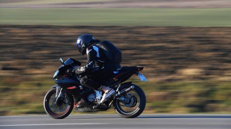 Zwei Motorradfahrer waren am Samstag in Kissing aggressiv gegenüber einem PKW-Lenker.