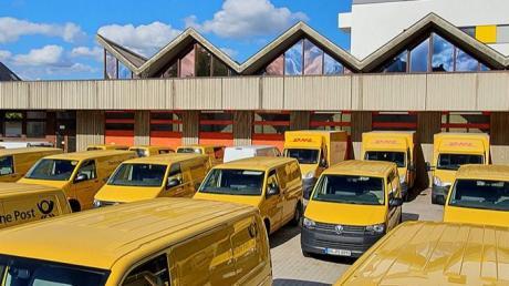 Der rückwärtige Hof der Neuburger Post ist nach Feierabend stets komplett zugeparkt. Nach Auslagerung des Zustellstützpunktes will Eigentümer Hans Mayr hier ein Parkdeck bauen.