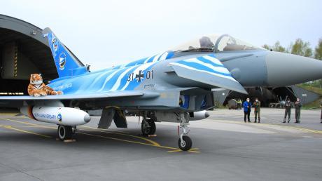 Weiß-blau. Der zum 60. Geburtstag des Taktischen Luftwaffengeschwaders 74 sonderfolierte Eurofighter zeigt die Farben Bayerns und des Geschwaders. Der bayerische Tiger wird am 5. Mai bei den Vorbeiflügen an Neuburg dabei sein.