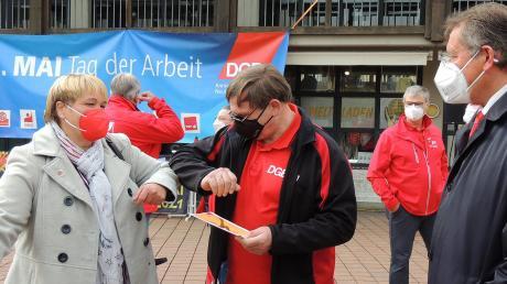 Coronagruß zwischen IG Metall-Sekretärin Anja Brecht (links). Bernd Dausend und OB Bernhard Gmehling (rechts). Die Gewerkschaften organisierten die Maikundgebung - nach der Absage 2020 - heuer mit Hygieneauflagen.