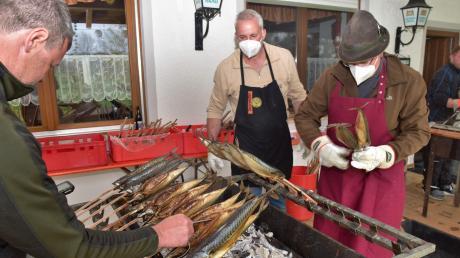 Michael Kaufmann (v.l.), Alois Speth und Tobias Gensberger bedienten die Fischgrills auf der Terrasse.