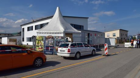 Mit dem Auto, mit dem Fahrrad oder zu Fuß – die Nachfrage nach Schnelltests war groß am Eröffnungstag des neuen Drive-In-Testzentrums in Karlshuld.