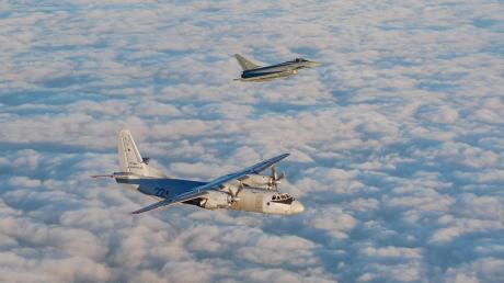 Eine russische Antonow An-26 wird beim Air Policing von einem deutschen Eurofighter begleitet.