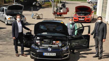 Landrat Peter von der Grün (links), Matthias Fischer (rechts), Schulleiter des Staatlichen Beruflichen Schulzentrums in Neuburg, sowie sein Stellvertreter Franz Haltmayer (Mitte) freuen sich über das neue Schulungsfahrzeug, einen VW Golf GTE mit Hybridantrieb.
