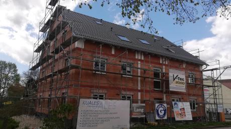 Baulücken werden genutzt und Flächen nachverdichtet, wie hier bei diesem Neubau eines Mehrfamilienhauses in Bittenbrunn, denn Bauland in Neuburg ist Mangelware.