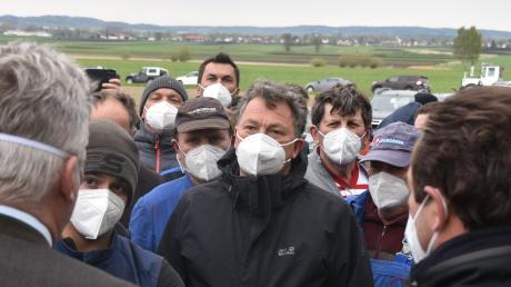 Viele Landwirte waren am vergangenen Dienstag nach Langenmosen gekommen, um auf ihre Positionen aufmerksam zu machen. Roland Weigert und Matthias Enghuber versuchten zu vermitteln.