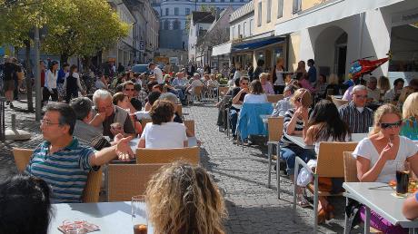 Bis es vor dem Café Zeitlos am Neuburger Schrannenplatz wieder so aussieht, wird wohl noch einige Zeit vergehen. Am Montag sollen hier zumindest schon einmal die ersten Leute wieder an den Tischen sitzen – vorausgesetzt das Wetter spielt mit.