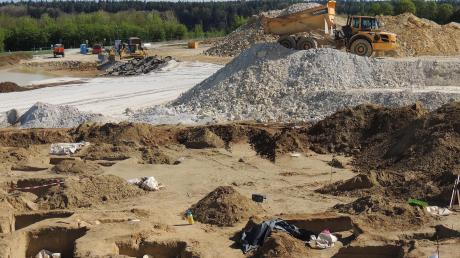 Die Firma Hoffmann Mineral baut hier neben der Bundesstraße 16 etwa eineinhalb Jahr lag Kieselerde ab.