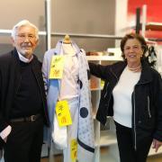 Sportiv, lässig, chic: Heinz und Marianne Bartoschek haben mit über 80 Jahren nichts von ihrem stilsicheren Auftreten verloren. Die beiden waren Zeit ihres Lebens mit der Modebranche verwurzelt und deshalb die besten Aushängeschilder für ihr Modegeschäft, das nach 40 Jahren nun geschlossen hat.