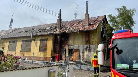Die beiden roten Gasflaschen, die neben dem Tor am Gebäude stehen, könnten die Ursache für den Brand sein, der am Mittwoch in dieser Schlosserei ausgebrochen ist.