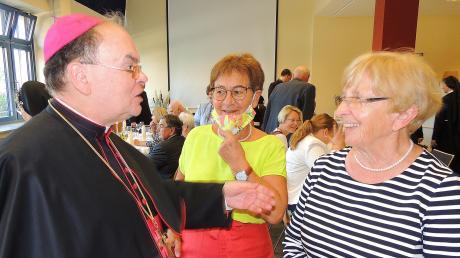 Bischof Bertram Meier war 2020 zu einem kurzen Besuch in Neuburg bei den Elisabethinerinnen. Hier spricht er mit Pfarrhaushälterin Josefine Maier (rechts) und Kreispolitikerin Elfriede Müller (Mitte).