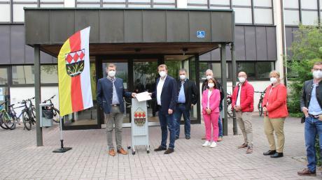 Bürgermeister Michael Lederer freute sich über den Besuch von CSU-Bundestagsabgeordneten Reinhard Brandl (Zweiter von links). Er übergab dem Gemeindeoberhaupt den Beschluss über 1,25 Millionen Euro Fördergeld für die Sanierung der Mehrzweckhalle.