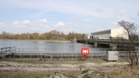 An der Donaustaustufe Bertoldsheim darf das Wasser im Probebetrieb 20 Zentimeter höher eingestaut werden. Die Auswirkungen sollen untersucht werden.