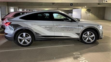 Ein Versuchsfahrzeug von Audi fährt selbständig zu seinem Stellplatz.