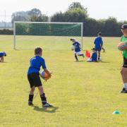 Kinder unter 14 Jahren dürfen wieder zusammen Fußball spielen.