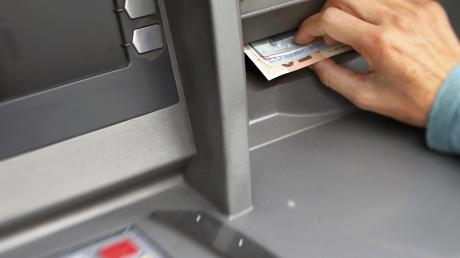Perfider Betrug: Die Männer spähten die PIN der Dame aus, lenkten sie ab und klauten ihr unbemerkt die Debitkarte.